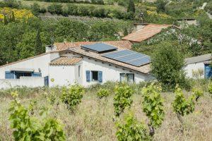 panneau solaire et vue sur les vignes